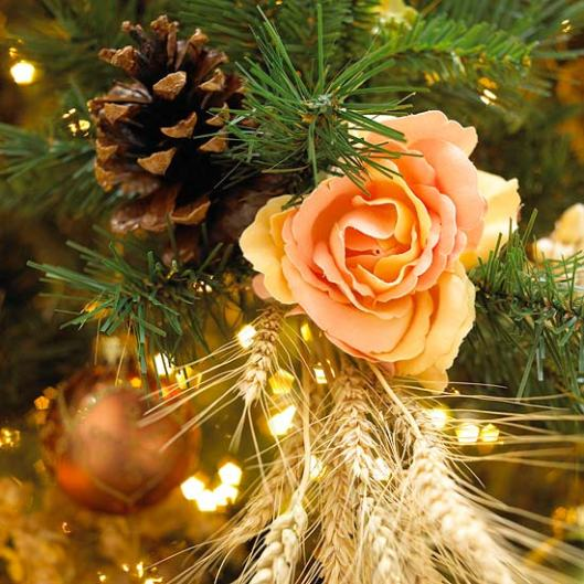 prettiest-Christmas-tree-decoration-flowers-accents